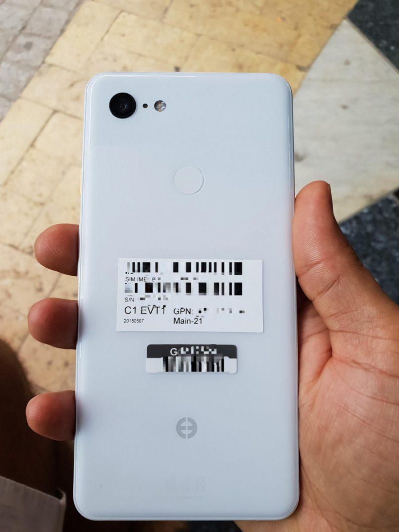 Google Pixel 3 XL vuotokuvissa valkoisena värinä.