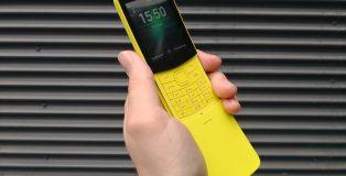 Nokia 8110 4G on varustettu liukukannella ja erottuu sekä sillä että keltaisella värillään varmasti joukosta.
