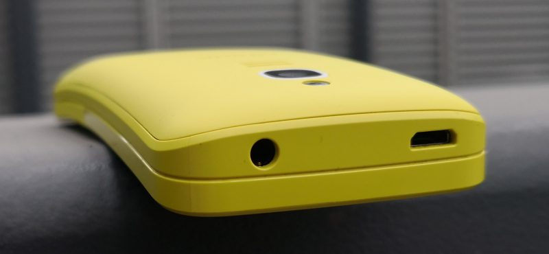 8110 4G:n liitännät löytyvät puhelimen yläpäästä. Siellä sijaisevat sekä Micro-USB-latausliitäntä että 3,5 millimetrin kuulokeliitäntä.