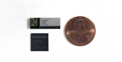 Qualcomm uusi QTM052-antenni millimetritaajuuksien yhteyksiin yllä, ja alla X50-modeemipiiri. Penni vierellä koon hahmottamiseksi.