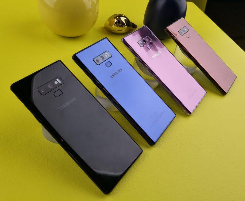 Suomessa Galaxy Note9 on saapunut toistaiseksi myyntiin vain etualalla näkyvinä mustana ja sinisenä värivaihtoehtona. Muilla markkinoilla nähdään myös pinkkiä lähestyvä violetti sekä kupari.