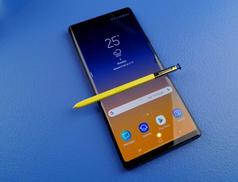 S Pen -kynä säilyy edelleen Galaxy Note -sarjan erikoisuutena. Nyt Galaxy Note9:ssä kynästä on tehty myös kauko-ohjain. Sinisen Note9:n mukana tulee keltainen kynä.