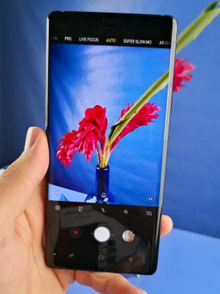 Galaxy Note9:n kamera osaa tunnistaa kuvauskohteet, kuten vaikkapa tässä kukan (pieni kuvake etsimen alalaidassa kertoo tunnistamisesta).