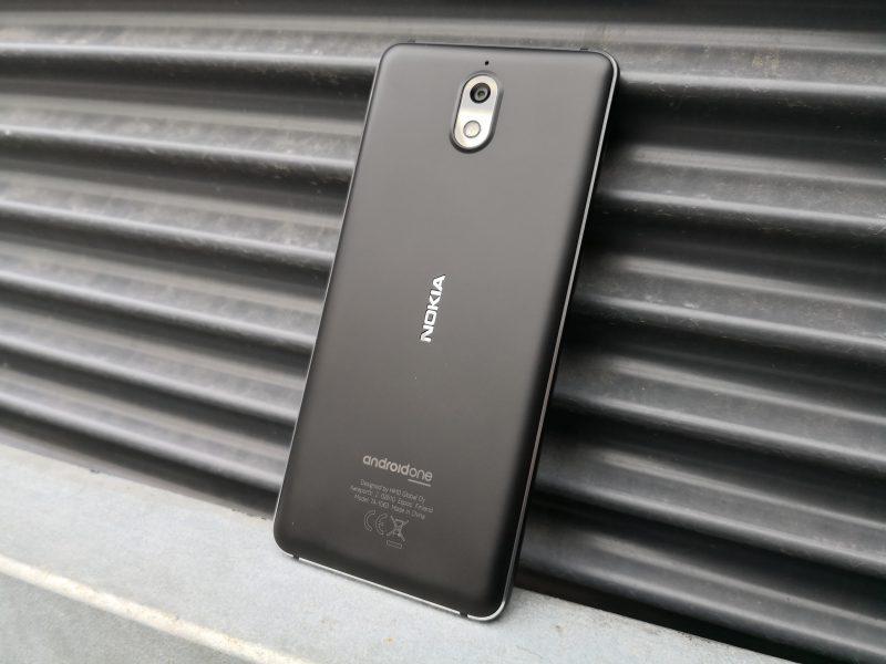 Nokia 3.1:ssä ei ole takana(kaan) sormenjälkilukijaa. Polykarbonaattimuovi ei materiaalina juurikaan laske puhelimen laatutuntumaa. Takakameran alue kohoaa hieman muusta takapinnasta.