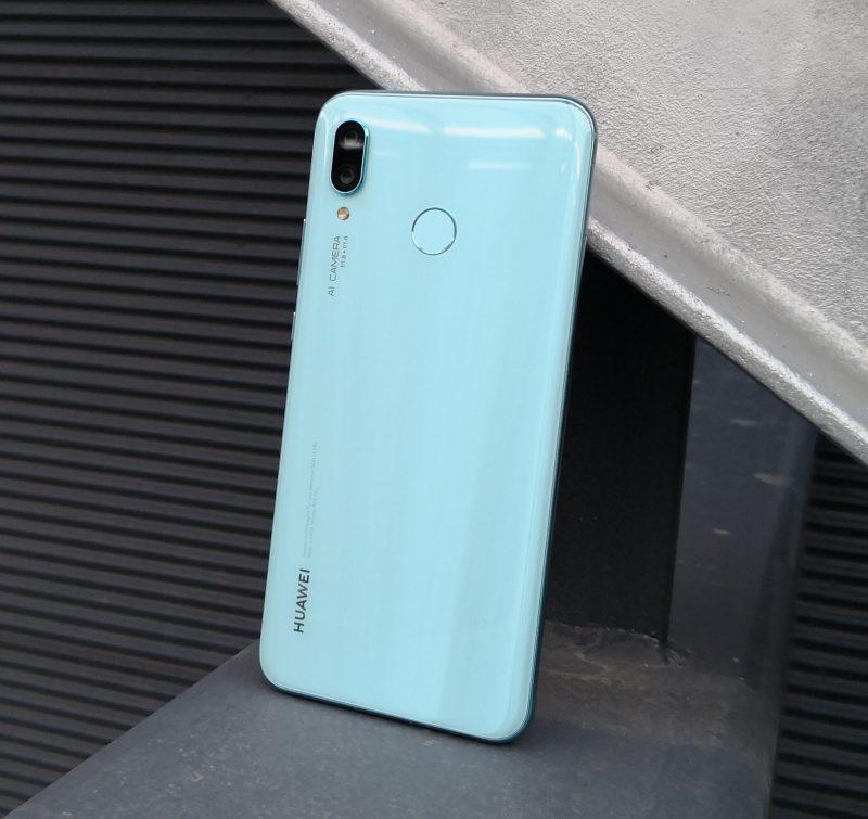 Nova 3:n lasirakenne on tyylikäs. Puhelimen pari värivaihtoehtoa massasta, toisena tämä Airy Blue.