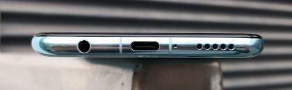 Nova 3:n pohjasta löytyvät sekä USB-C-liitäntä että perinteinen 3,5 millimetrin kuulokeliitäntä.