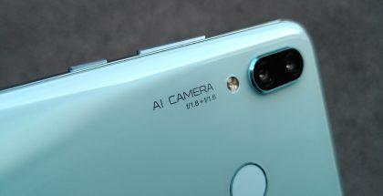 Nova 3:n molempien takakameroiden aukon koko on f/1,8. Tämän lisäksi kameran yhteydessä mainitaan myös AI eli tekoäly, mikä viittaa kohteen tunnistukseen.
