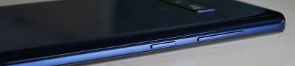 Galaxy Note9:n vasemmalla kyljellä ovat äänenvoimakkuuspainikkeet sekä oma näppäimensä Bixbylle.