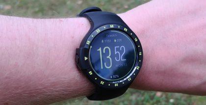 Ticwatch S:n ulkoasua hallitsevat sekuntimerkinnät kellon reunuksessa.