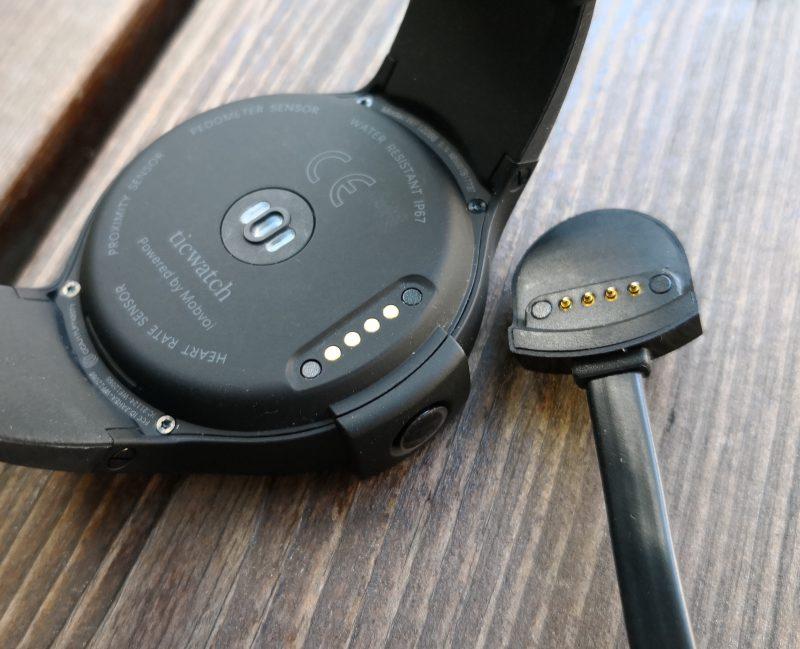 Ticwatch S ladataan magneettisesti kiinnittyvällä kaapelilla, jonka toisessa päässä on perinteinen USB-liitin.
