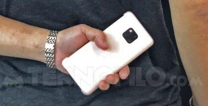 Huawei Mate 20 -sarjan älypuhelin paljastui IFA-messuilla suojakuoren sisällä ilmeisesti Huawein työntekijän kädessä.