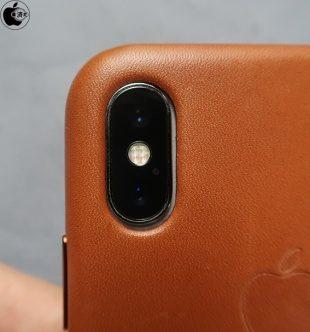 iPhone X sijoitettuna iPhone XS:n kuoreen. Kamera-alueen alle jää pikkuriikkisen tyhjää tilaa, koska iPhone XS:ssä kamera-alue on suurempi.
