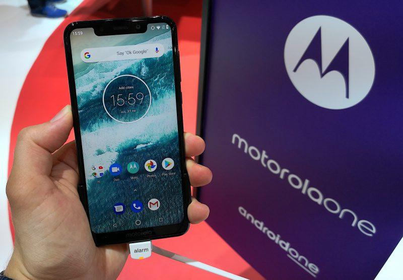 Motorola Onen näytön yläreunan lovi on varsin leveä.