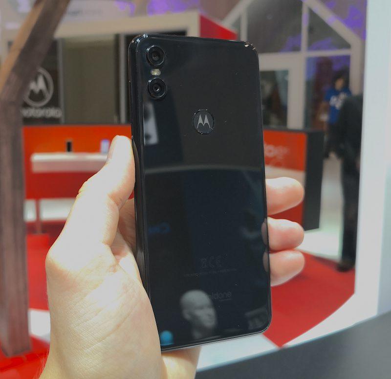 Takaa tutun näköinen - yksityiskohtana sormenjälkilukijassa Motorola-logo.