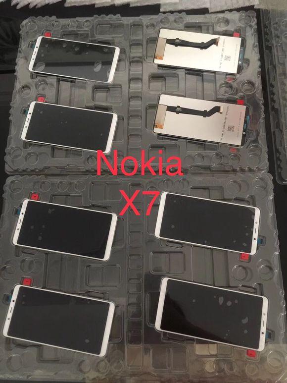 Väitettyjä Nokia X7:n etupaneeleja.