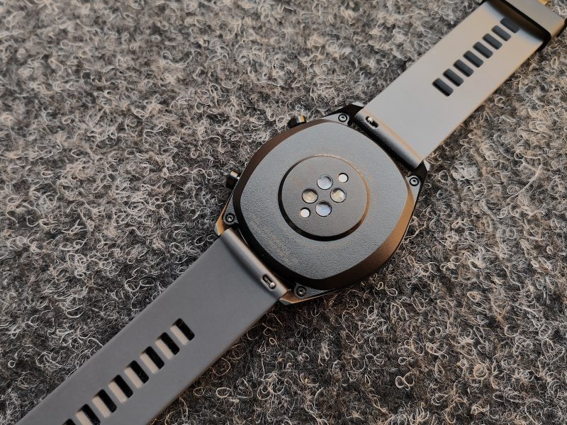 Huawei Watch GT:n ranneke on haluttaessa vaihdettavissa. Kello ladataan magneettisesti kiinnittyvällä latausjohdolla.