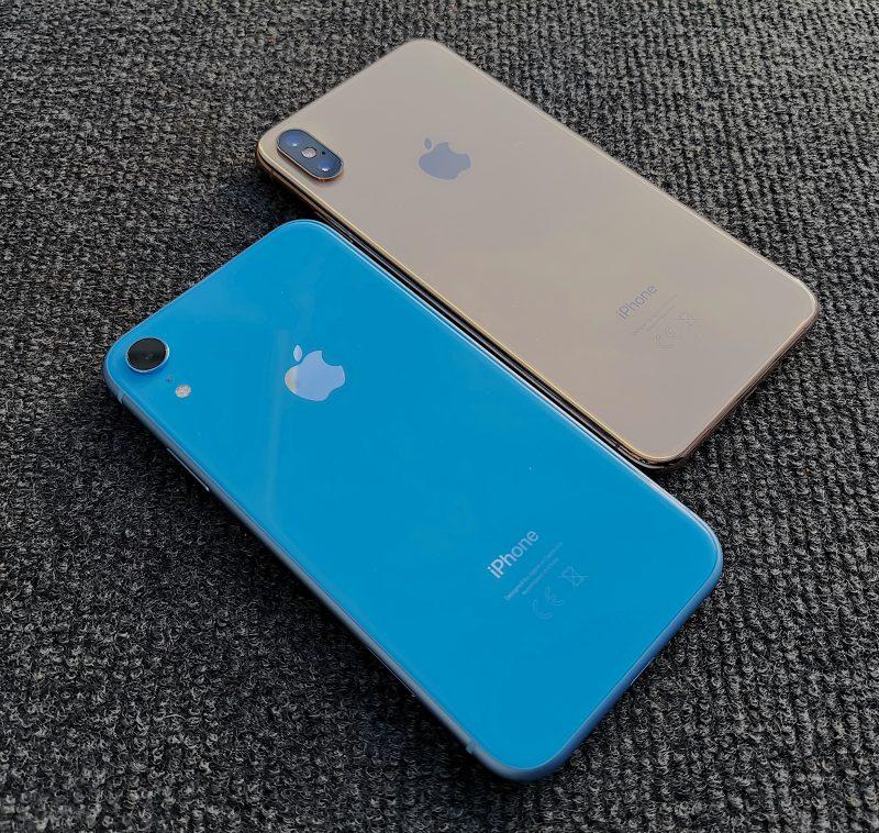 iPhone XR:ään on tarjolla pirteitä värivaihtoehtoja, kuten vaikkapa sininen. iPhone XS:n vaihtoehdot ovat hillitympiä. Molemmat ovat takaa lasipintaisia.