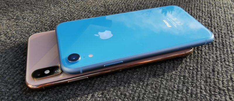 Päällä iPhone XR, alla iPhone XS Max.