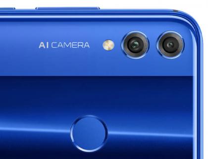 Takana Honor 8X:ssä on 20 megapikselin pääkamera ja 2 megapikselin syvyyskamera. AI Camera -teksti viestii tekoälyn hyödyntämisestä kamerassa.