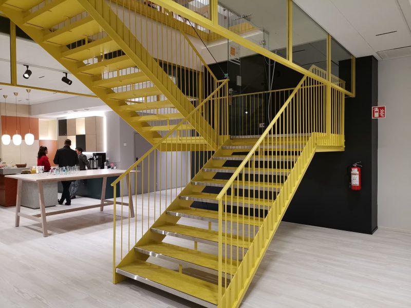 HMD Globalin uuden toimiston aulaan väriä tuovat keltaiset portaat.