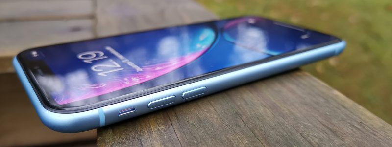 iPhone XR:ssä on alumiinirunko kyljillä.