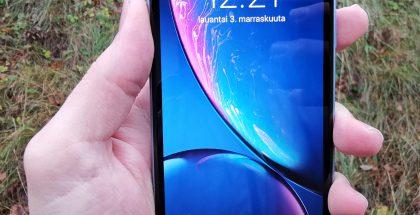 iPhone XR:ssä on kookas 6,1 tuuman LCD-näyttö.