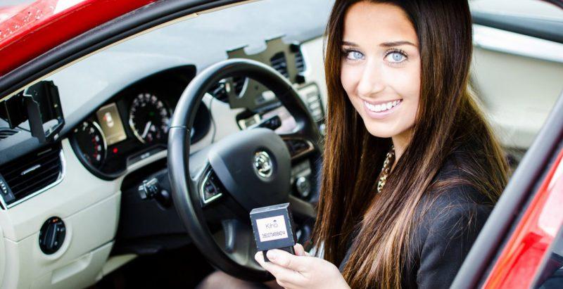 Älykäs Ajopäiväkirja toimii myös ajoneuvon OBD-väylään pika-asennettavalla paikantimella.