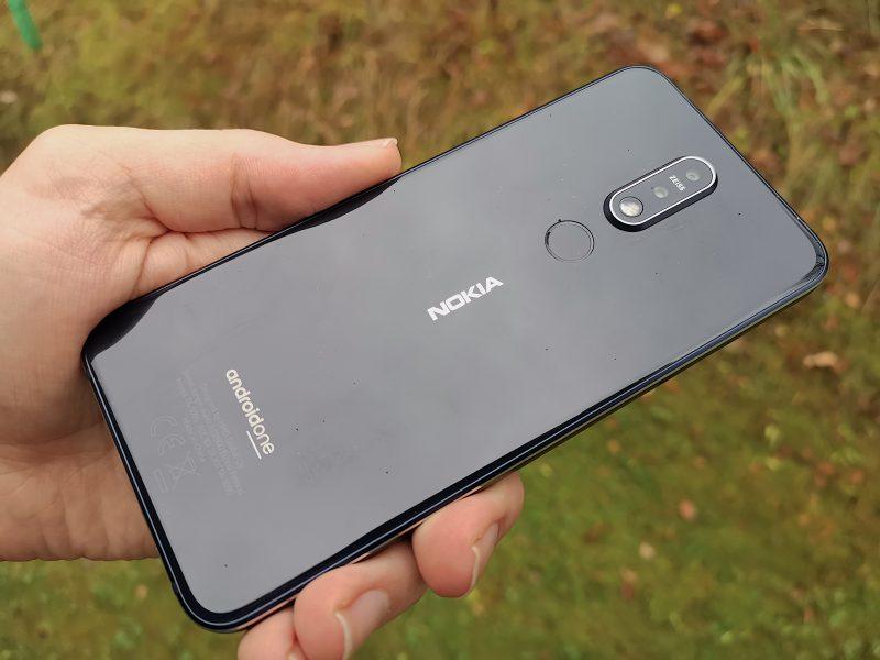 Takaa Nokia 7.1 on lasipintainen. Myös sormenjälkilukija sijaitsee takana.