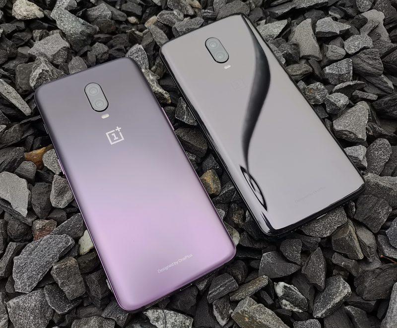 OnePlus 6T Thunder Purple heijastelee huomattavasti vähemmän kuin verrokkina rinnalla oleva OnePlus 6T Mirror Black.