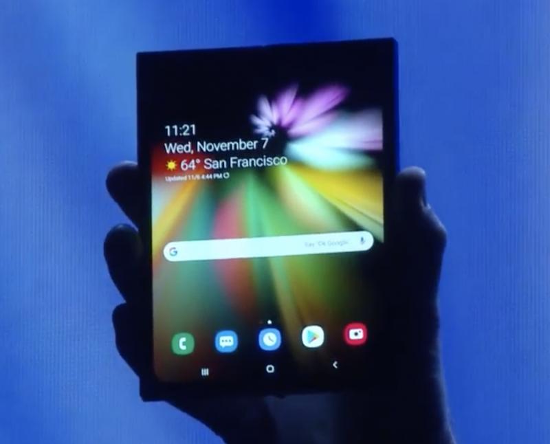 Samsungin taittuvanäyttöinen laite avattuna, piilotettuna designin kätkevien kuorten sisään.