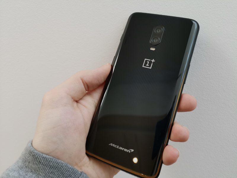 OnePlus 6T McLarenin lasipinnan alta löytyvä hiilikuitukuvioviimeistely on erittäin hillitty. Kauempaa puhelin näyttää vain mustalta.