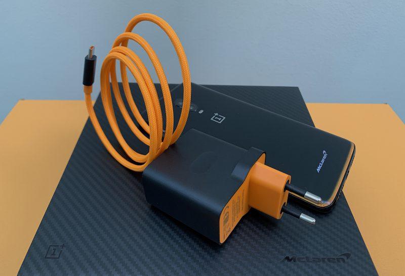 Warp Charge 30 -laturi ja -kaapeli kantavat oranssia väriä.