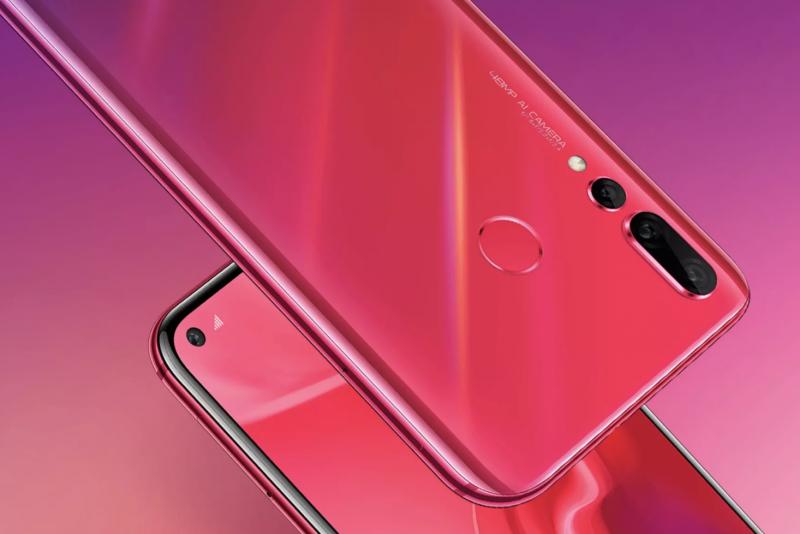 Huawei Nova 4:ssä on kaksi erikoisuutta: reikä näytössä etukameralle sekä takakameran korkea megapikselimäärä.
