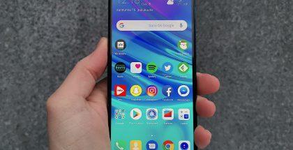 Huawei P Smart 2019 on varustettu 6,21 tuuman näytöllä, jonka yläreunassa on pienikokoinen, pyöreästi muotoiltu lovi etukameralle.