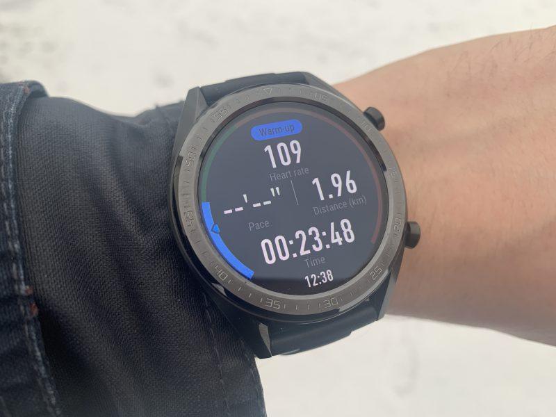 Huawei Watch GT näyttää harjoituksen aikana myös sykealueen reunalla näkyvillä väreillä. Sykealueiden rajoja voi myös säätää Huawei Health -sovelluksesta.