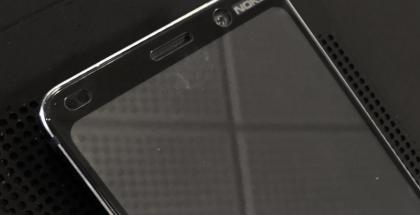Nokia 9 PureView'n etupaneeli suojan kanssa.