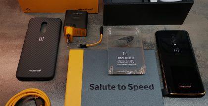 OnePlus 6T McLarenin myyntipakkauksen sisältö. Mukana on itse puhelimen lisäksi kirja, hiilikuitupalan sisältävä pysti, Warp Charge 30 -laturi ja -kaapeli, hiilikuitukuvioitu suojakuori sekä kuulokeadapteri.