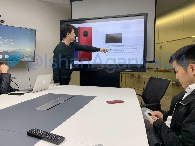 Tulevaa OnePlus-puhelinta esitellään niin näytöllä kuin myös mallikappaleina tai prototyyppeinä pöydällä ja toimitusjohtaja Pete Laun kädessä. Tämä kuva vuoti joulukuussa 2018.