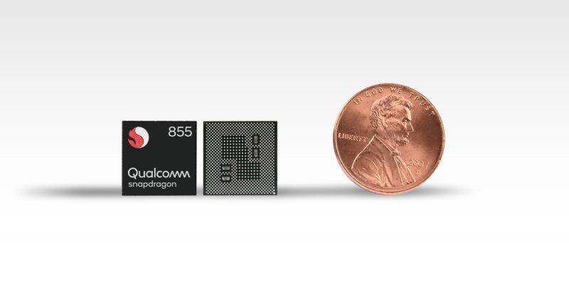 Qualcomm Snapdragon 855:n koko vertailussa kolikkoon.