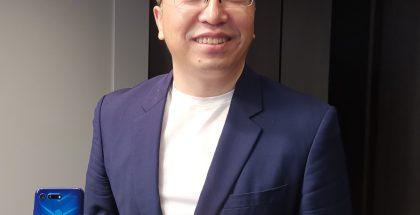 Honorin toimitusjohtaja George Zhao kädessään aiempi View20-älypuhelin.