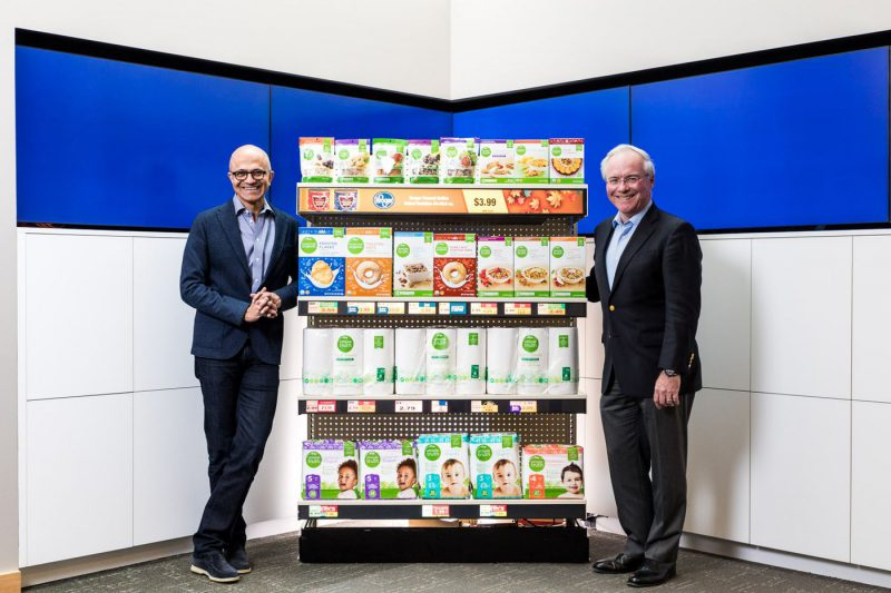 Microsoftin toimitusjohtaja Satya Nadella ja Krogerin toimitusjohtaja Rodney McMullen.