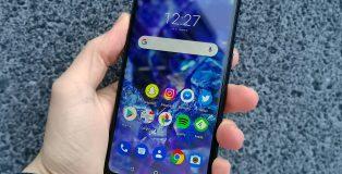 Nokia 5.1 Plussassa on 5,86 tuuman näyttö. Näytön yläreunassa on leveä lovi.