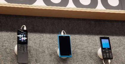 Yllättävä esiintyminen Google Assistant -laiteseinällä CES-messuilla: Nokia 8110 4G:n ja JioPhonen keskellä Nokia N9:n näköinen puhelin.