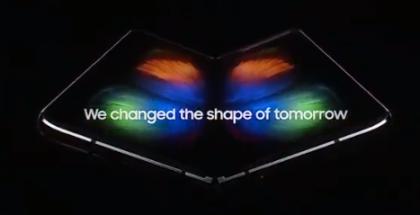 Samsung Galaxy Foldin näyttö paljastuu kirjamaisesti laitteen sisältä.