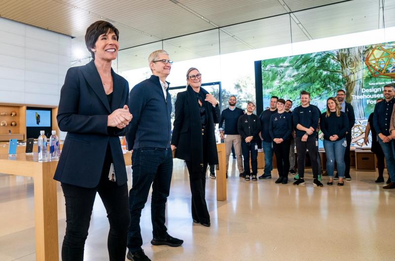 Etualalla Deirdre O'Brien, kauempana Tim Cook ja Angela Ahrendts sekä muuta Applen henkilöstöä.