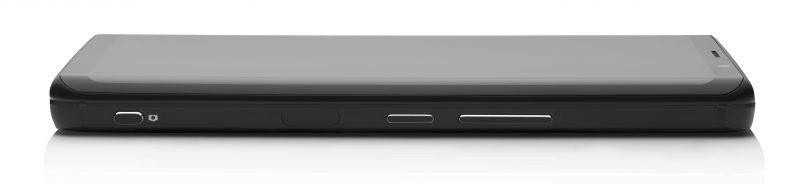 Kyljellä nähdään Pro1:stä löytyvä erillinen kaksivaiheinen kamerapainike, sormenjälkilukija, virtapainike sekä äänenvoimakkuuden säätöpainikkeet.