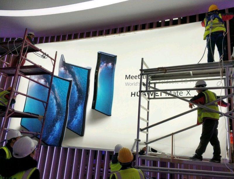 Huawei Mate X esillä seinämainoksessa.