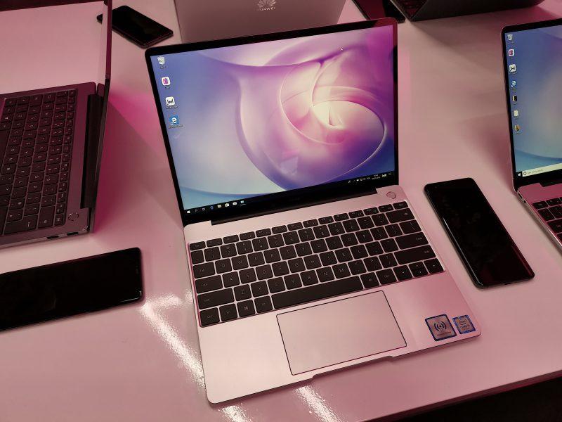 Myös MateBook 13:n rakenne on vakuuttavaa tekoa. Laatutuntuma on kaikin puolin erinomainen. Huippumalli MateBook X Pron tavoin näppäimistön yltä oikeasta yläkulmasta löytyvä virtapainike on varustettu sormenjälkilukijalla.