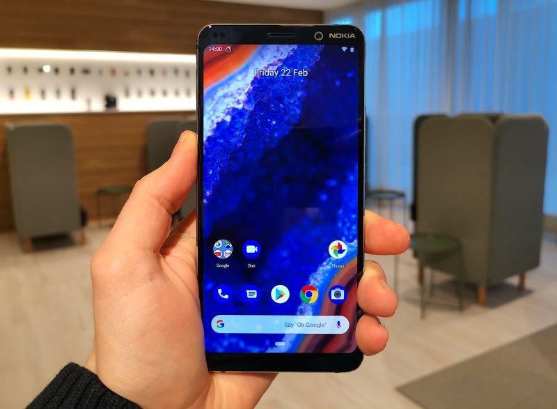 Nokia 9 PureView'ssä on kulmistaan pyöristetty 18:9-kuvasuhteen näyttö.