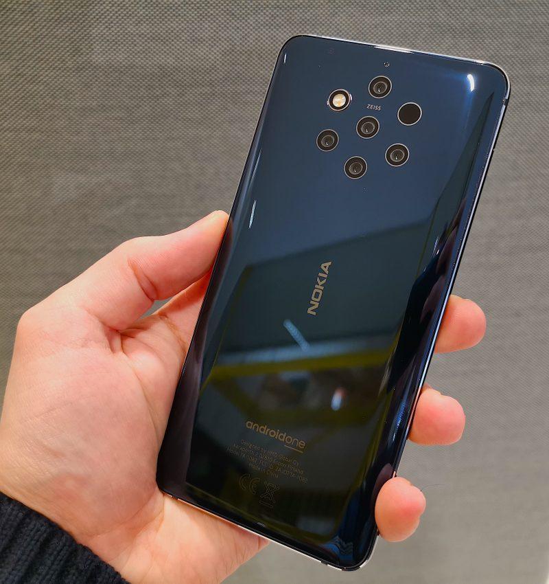 Noin 8 millimetriä paksussa Nokia 9 PureView'ssä ei ole lainkaan minkäänlaista kamerakohoumaa.